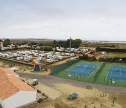 Camping Caravanile : ©campingcaravanile Activités Airedejeux Minigolf Tennis02 Min